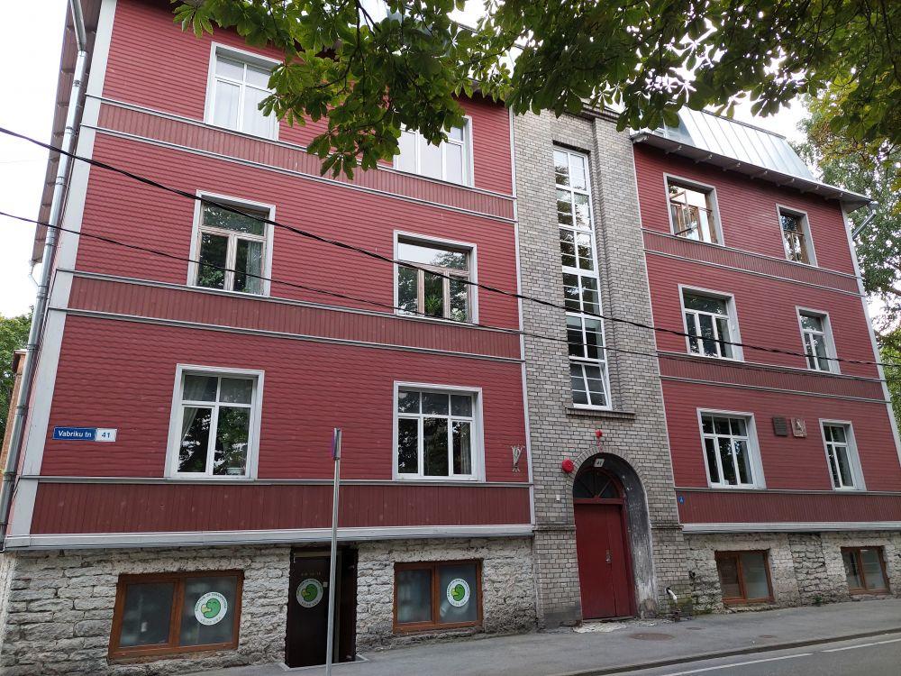 В квартире номер 4 на улице Вабрику, 41 в районе Копли Довлатов жил в 70-е годы. До Старого города совсем недалеко.