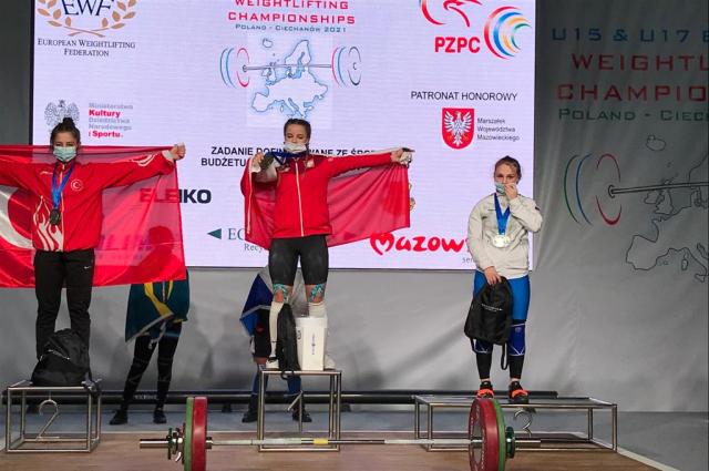 Вероника является мастером спорта России и состоит в основном составе юниорской сборной РФ.