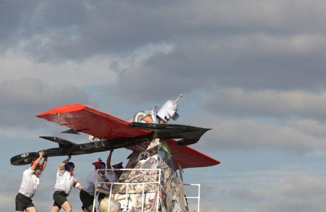 Без роста вложений в новые разработки, у нас будет только падение. На фото: участники фестиваля самодельных летательных аппаратов.