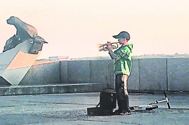 Давид влюблен в трубу и джаз, может подобрать на слух любую мелодию.