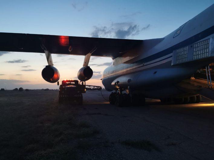 Заправка топливом грузового самолета Ил-76МД во время эвакуации людей из Афганистана