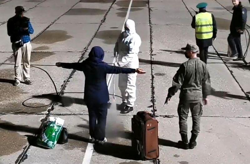Пассажиры во время эвакуации из Афганистана в аэропорту «Чкаловский» в Московской области