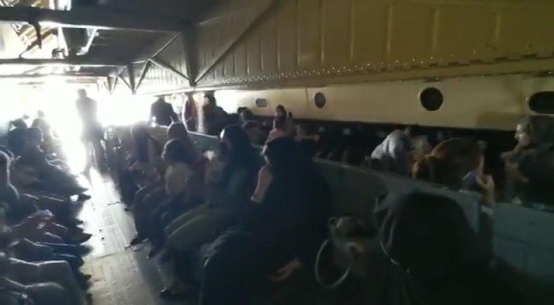 Пассажиры в салоне грузового самолета Ил-76МД во время эвакуации из Афганистана