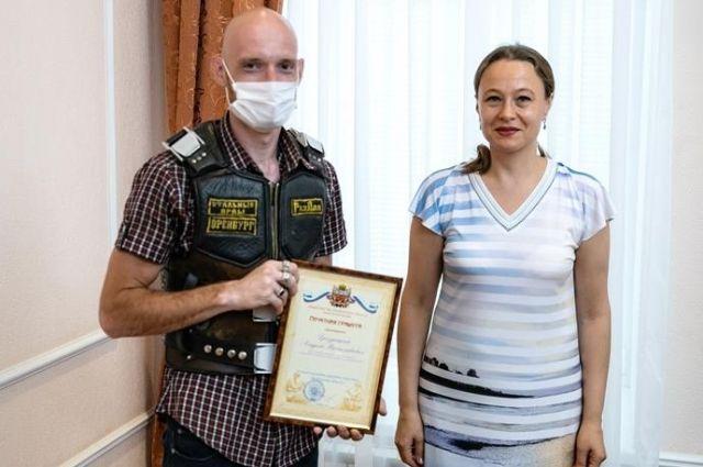 В Оренбурге наградили почетными грамотами и благодарственным письмами артистов цирка.