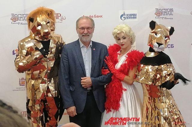 В Оренбурге актеры кинофестиваля «Восток&Запад. Классика и Авангард» позируют на красной дорожке.