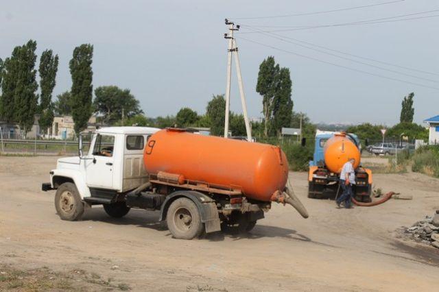 В частном секторе многие пользуются выгребными ямами, жидкие отходы из которых ассенизаторы зачастую вывозят в лесополосы.