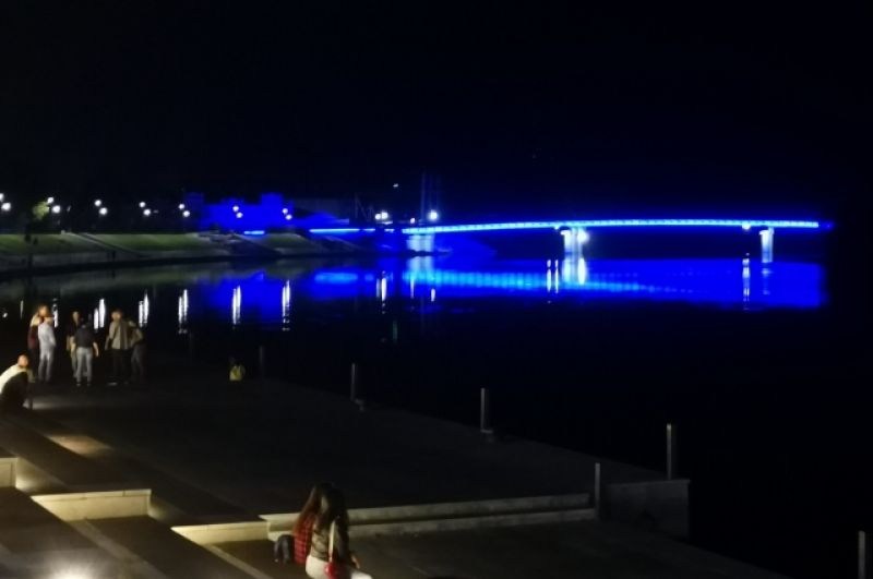 Так мост выглядит в ночное время.