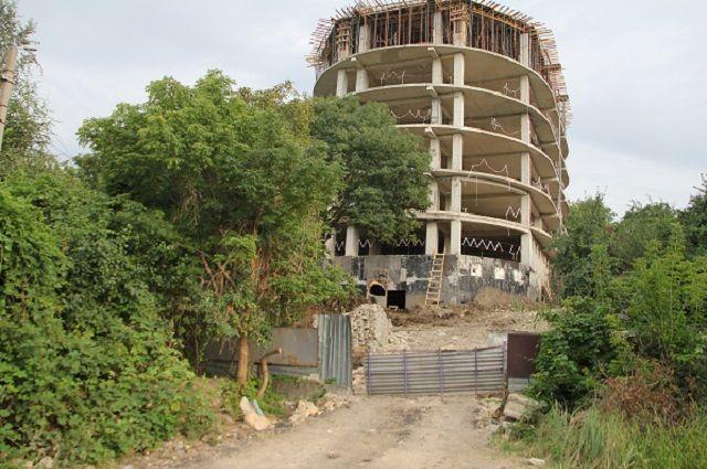 Недостроенное здание простояло больше десяти лет.