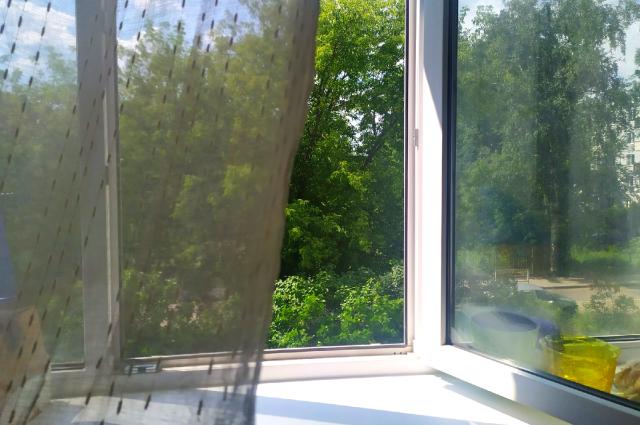 В Оренбурге очевидцы сообщают о девушке, выпавшей из окна дома по улице Туркестанской.