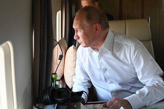 Владимир Путин и Алексей Текслер осмотрели с вертолёта пострадавшие от природных пожаров районы.