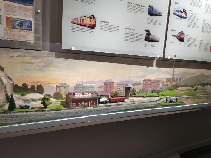 А этот макет - уже современный и поезда в нем перемещаются от одного населенного пункта в другой.