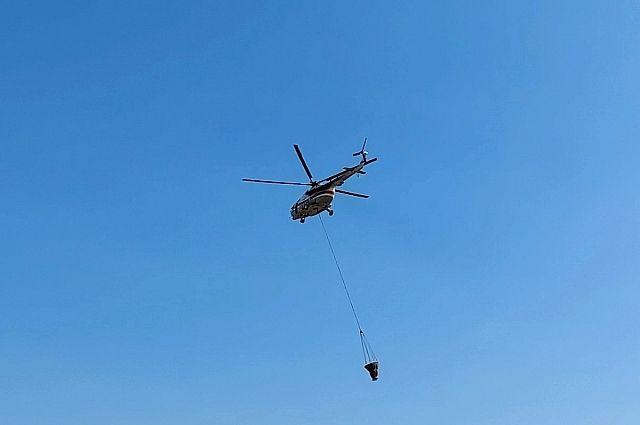 Вертолет МИ-8 задействован в тушении пожара около газового завода.