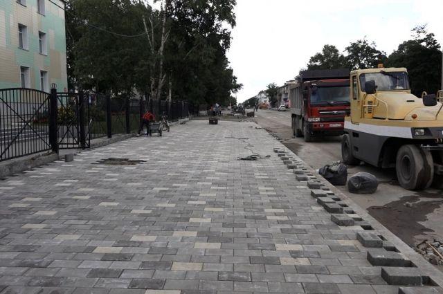 Подрядчик обратился в администрацию города с прошением дать еще два дня на окончание работ по тротуару с восточной стороны улицы Ленина.