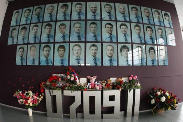Мемориальная стена в память о членах хоккейного клуба «Локомотив», погибших в авиакатастрофе 7 сентября 2011 года, в фойе ледового дворца «Арена-2000» в Ярославле.