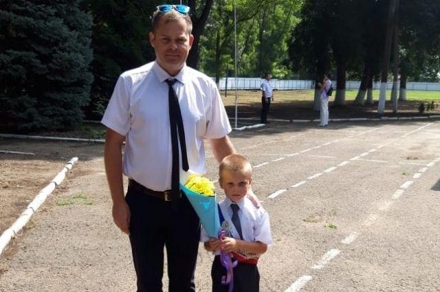 Учитель начальных классов Станислав Калюжный и его единственный первоклассник Даниил Нетутин.