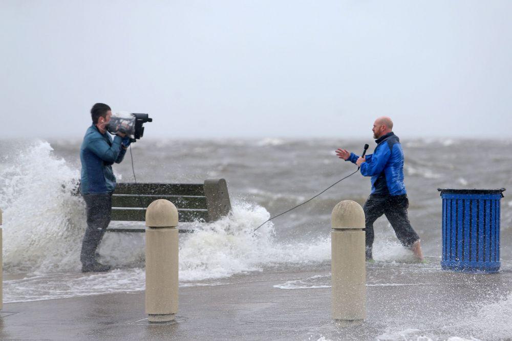 Оператор и телеведущий во время урагана «Ида» в штате Луизиана