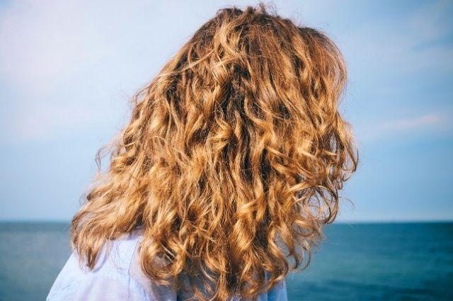 Стало известно, как восстановить волосы после моря.
