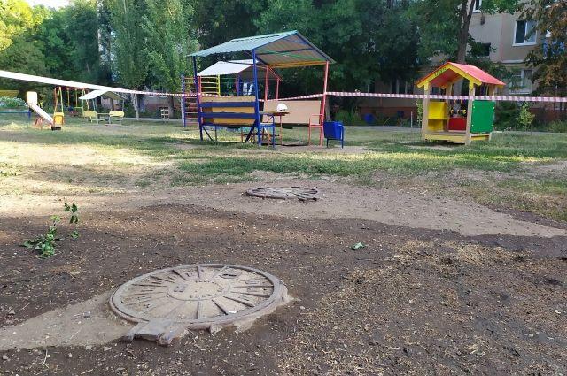 В Оренбурге выявили поврежденный участок теплосетей прямо под детской горкой.