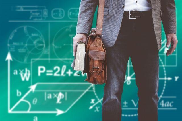 По данным областного министерства образования школы укомплектованы кадрами на 98,9 %.