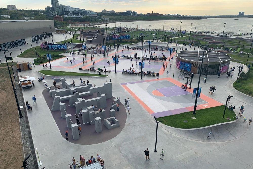 Подростки в экстрим-парке после торжественного открытия крытой его части.
