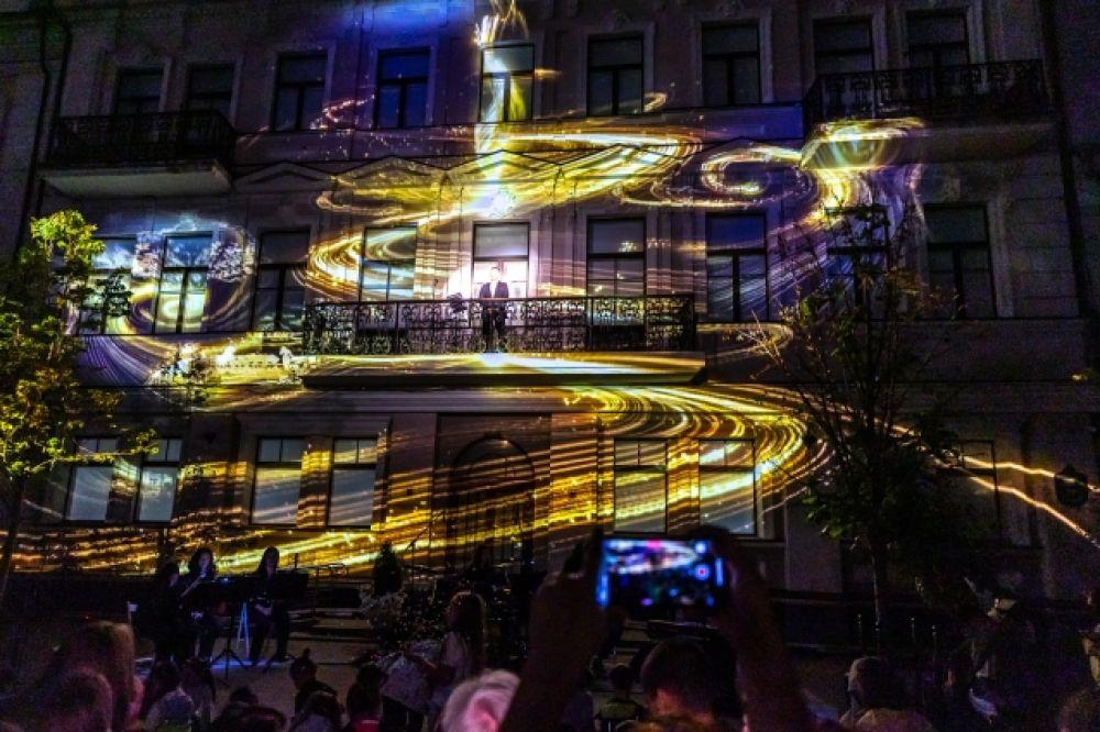 На здании Исполкома разноцветными огнями сверкали сказочные картины.