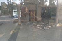Рабочие демонтировали мозаику в холле ДК.