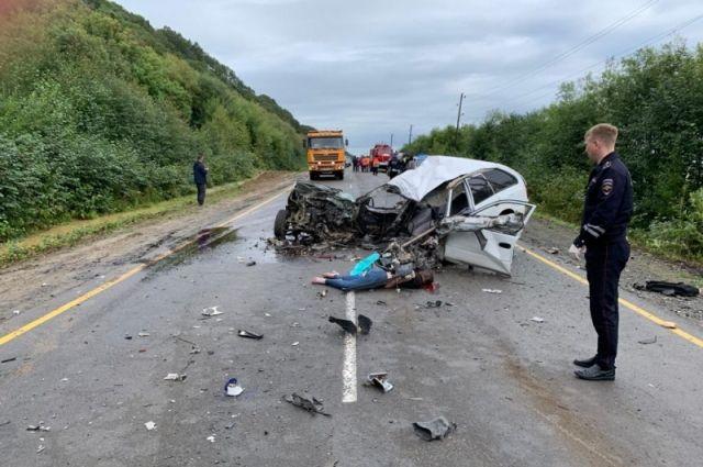 В результате аварии в легковом автомобиле Toyota Corolla погибли двое: девушка 2003 года на месте, водитель умер в реанимации.