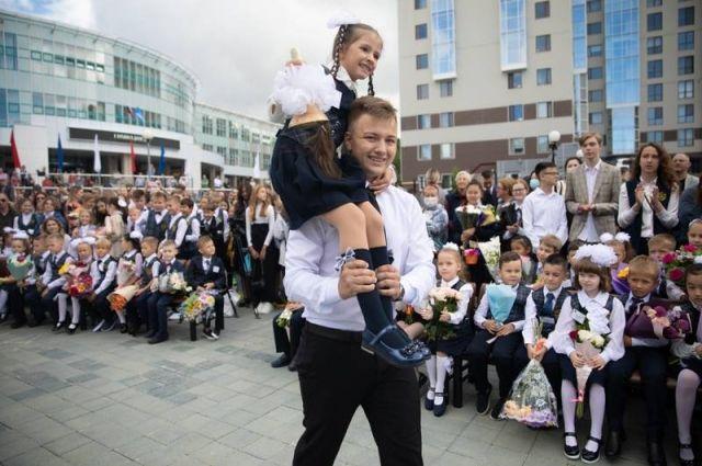 На подготовку островных школ к новому учебному году из областного бюджета было направлено 235 млн рублей.
