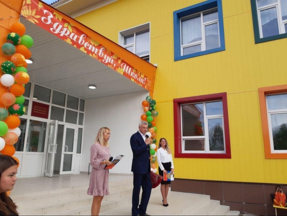 День знаний на Колыме. 1 сентября 2021 года впервые за 35 лет в Магаданской области открылась новая современная школа - детский сад на 50 ученических и 30 дошкольных мест. Новый объект образования появился в посёлке Снежный в рамках реализации нацпроекта «Образование»