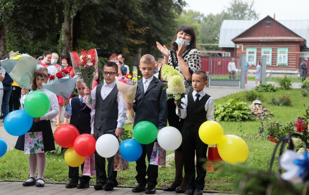 Первоклассники с учителем во время линейки, посвящённой Дню знаний, в школе города Чекалина Тульской области