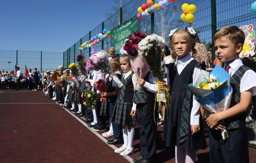 Первоклассники во время торжественной линейки, посвящённой Дню знаний возле школы №7 в селе Прохладное Приморского края