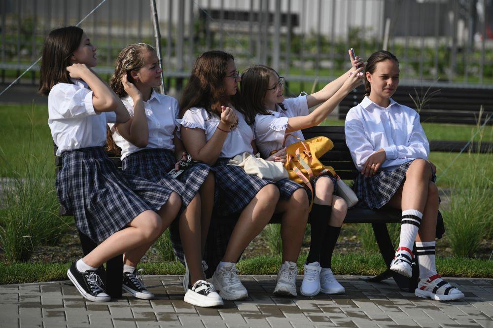 Школьницы перед торжественной линейкой, посвящённой Дню знаний, в новом образовательном комплексе по улице Воскресенской федеральной территории «Сириус» в Сочи
