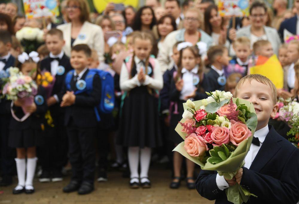 Первоклассники во время торжественной линейки, посвященной Дню знаний в школе №1298 «Профиль Куркино» в Москве