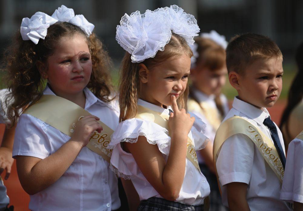 Первоклассники на торжественной линейке, посвящённой Дню знаний, в новом образовательном комплексе по улице Воскресенской федеральной территории «Сириус» в Сочи