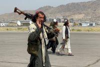 «Талибан» (запрещённая в РФ террористическая организация) патрулирует взлетно-посадочную полосу международного аэропорта в Кабуле.