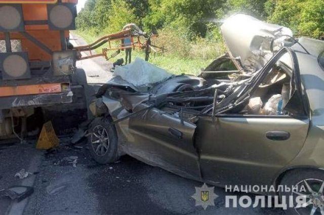 В Хмельницкой области легковушка врезалась в грузовик: есть жертвы.