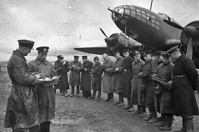 В 21.00 7 августа с аэродрома поднялась особая ударная группа из 15 бомбардировщиков ВВС Балтийского флота под командованием командира полка полковника Преображенского.