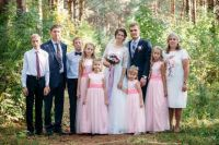 На свадьбу старшей дочери собралась вся семья.