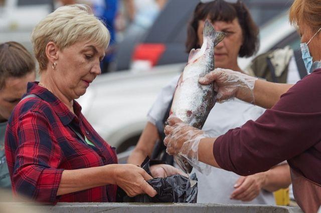 В городах и селах островной области с минимальной торговой наценкой продали 85 тонн горбуши.