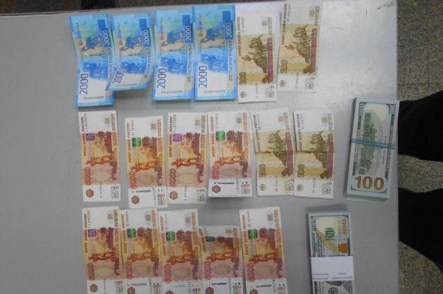В аэропорту Оренбурга задержан пассажир, пытавшийся вывезти в Турцию 17 тысяч долларов.