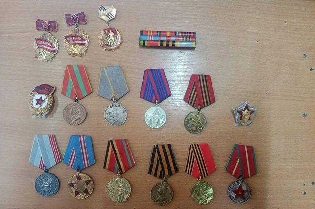 В Оренбурге рецидивист украл у внучки ветерана Великой Отечественной войны 14 медалей ее деда.