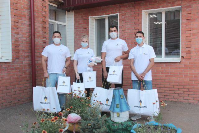 Сотрудники Оренбургнефти собради детям, оказавшимся в трудной жизненной ситуации школьные принадлежности.