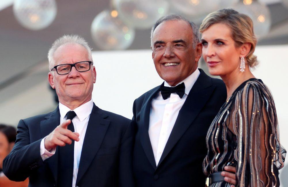 Директор Каннского кинофестиваля Тьерри Фремо (слева), директор Венецианского кинофестиваля Альберто Барбера (в центре) и продюсер Мелита Николич Тоскан дю Плантье (справа) на церемонии открытия 78-го Венецианского кинофестиваля