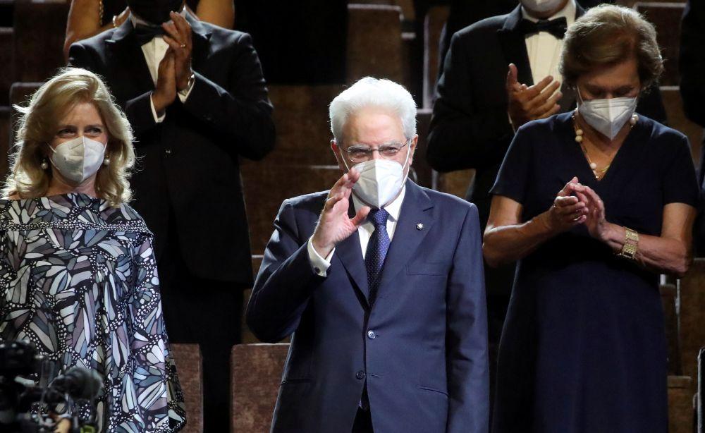 Президент Италии Серджо Маттарелла с дочерью Лаурой (слева) на церемонии открытия Венецианского кинофестиваля