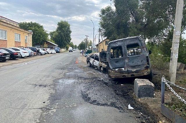 В Оренбурге на Невельской в результате ДТП сгорели два автомобиля.