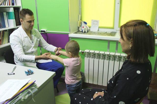 Пётр Литвиненко на приеме пациентов.