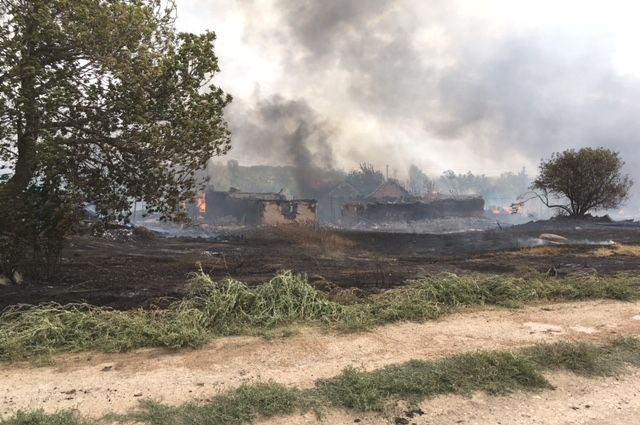 В пожаре в селе Ратчино Шарлыкского района уничтожены три жилых дома и 20 надворных построек.