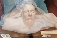 Скульптор Леопольд Бернштам снял с лица Достоевского маску, благодаря которой имел возможность сделать поразительно похожий бюст.