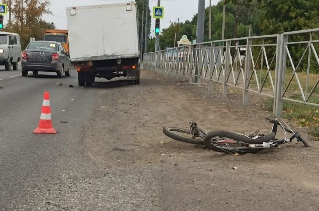 В Оренбурге на Шарлыкском шоссе «Газель» сбила насмерть мужчину с велосипедом.