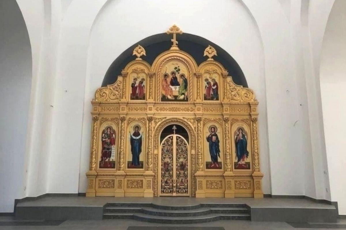 В строящемся храме в Акбулаке установили иконостас